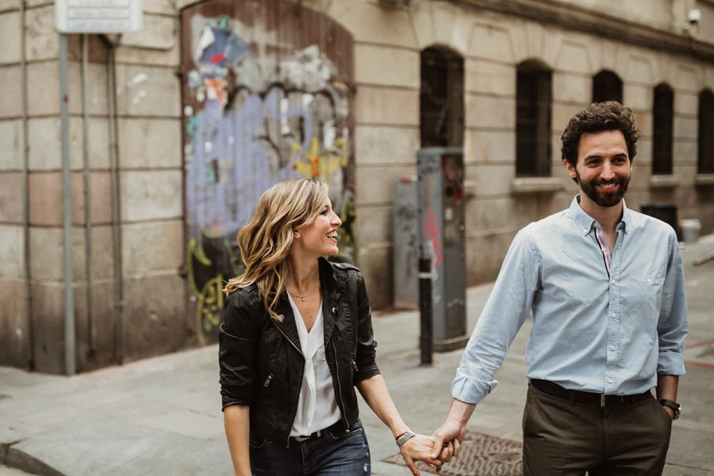 natural and casual prewedding in Barcelona. Lifestyle photoshoot in Barcelona. Barcelona wedding photographer juanjo vega
