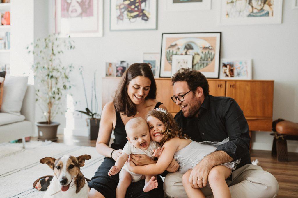 Sesión lifestyle de fotos en familia en barcelona. Reportaje de fotos natural en familia.