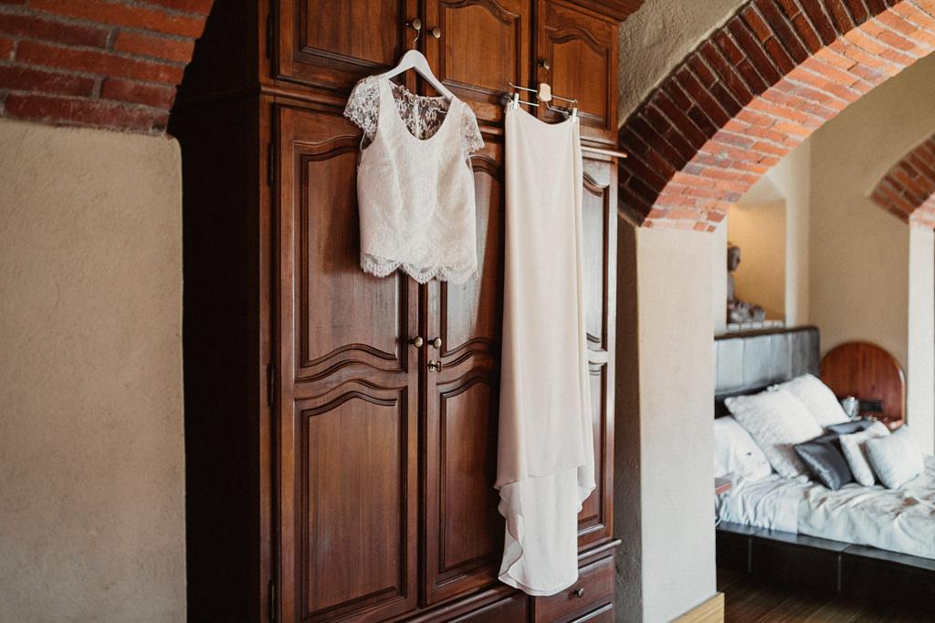 Vestit de núvia casament al bosc Barcelona | Casament emotiu a la Masia El Munt, Barcelona | Juanjo Vega, Fotògraf de casaments al bosc a Barcelona d'estil boho, a l'aire lliure i en plena naturaleza.