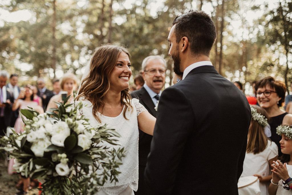Ram de flors casament al bosc Barcelona | Casament emotiu a la Masia El Munt, Barcelona | Juanjo Vega, Fotògraf de casaments al bosc a Barcelona d'estil boho, a l'aire lliure i en plena naturaleza.