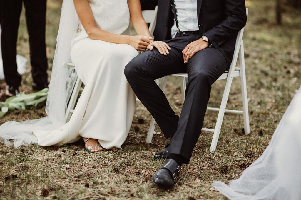 Zapatos de boda Jimmy Choo para una boda en el bosque Barcelona | Ceremonia emotiva en la Masía El Munt | Juanjo Vega, Fotógrafo de bodas en el bosque en Barcelona de estilo boho, al aire libre y en plena naturaleza.