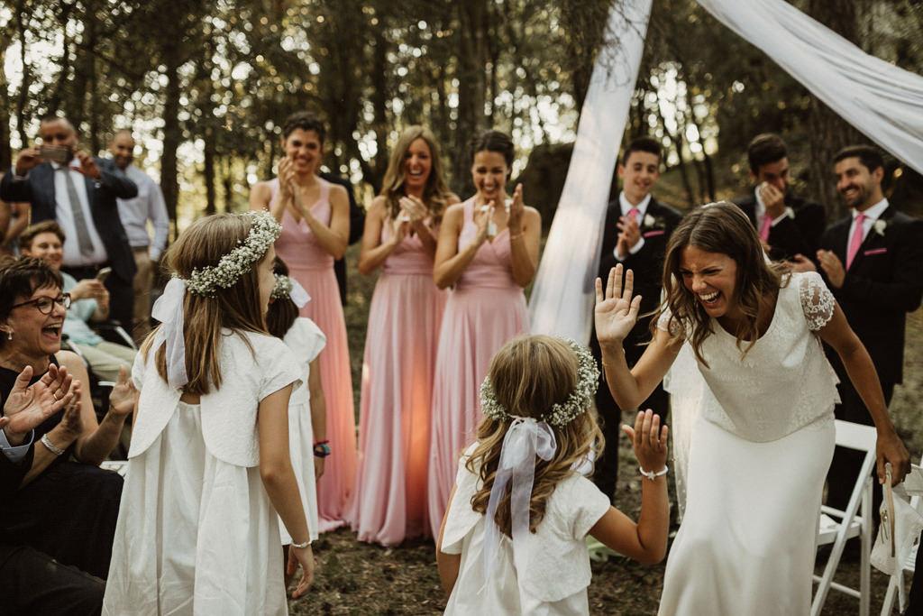 Casament al bosc Barcelona amb fills | Casar-se al bosc amb fills | Casament emotiu a la Masia El Munt, Barcelona | Juanjo Vega, Fotògraf de casaments al bosc a Barcelona d'estil boho, a l'aire lliure i en plena naturaleza.