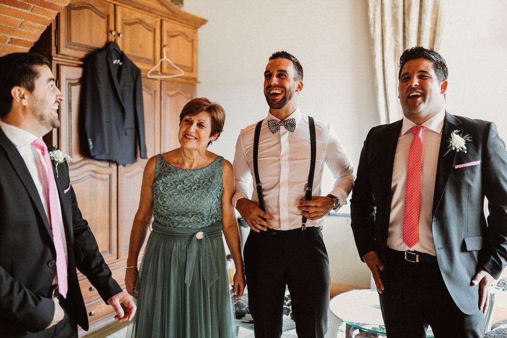 Traje de novio para una boda en el bosque Barcelona | Ceremonia emotiva en la Masía El Munt | Juanjo Vega, Fotógrafo de bodas en el bosque en Barcelona de estilo boho, al aire libre y en plena naturaleza.