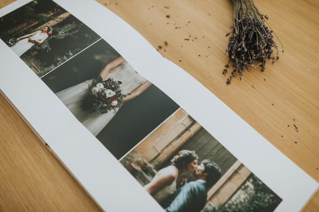 ÀLBUM CASAMENT, ALBUM BODA, ALBUM LLI, ALBUM RUSTIC, ALBUM VINTAGE, ALBUM DE BODA, ALBUM PAPER FOTOGRAFIC, FOTOGRAF CASAMENT, FOTOGRAF DE CASAMENTS, FOTOGRAF CASAMENTS BARCELONA, FOTOGRAF CASAMENTS GIRONA, fotograf de boda barcelona, fotograf de boda girona, boda natural, boda hipster, boda indie,album boda original,album boda diferent, artslibri, caixa album casament, fotograf boda natural, fotograf boda informal, casament informal, fotografs de casament, album de fotos, album fotografic, album fotos familia, album material natural, album sostenible, maquetació àlbum. álbumes de boda, juanjo vega fotograf, fotograf casament i familia, fotograf familia, fotograf lifestyle, fotograf barcelona