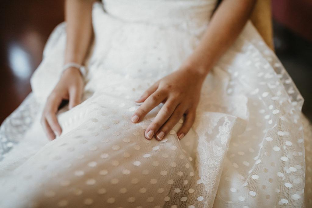 Vestit de núvia de Jordi Anguera a un casament diferent a Girona, a La Farinera de Sant Lluís | Juanjo Vega, Fotògraf de casaments diferents a Girona, Tarragona, Barcelona i Costa Brava
