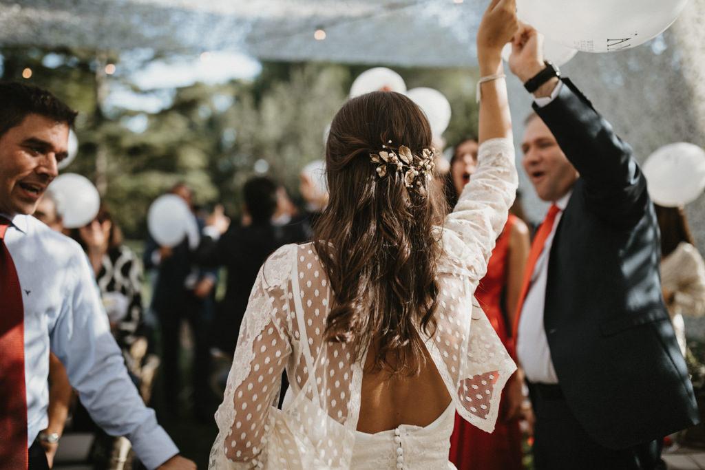 Hairstyle for a different wedding in Girona, at La Farinera Venue | Juanjo Vega, destination photographer of different weddings in Girona, Tarragona & Barcelona