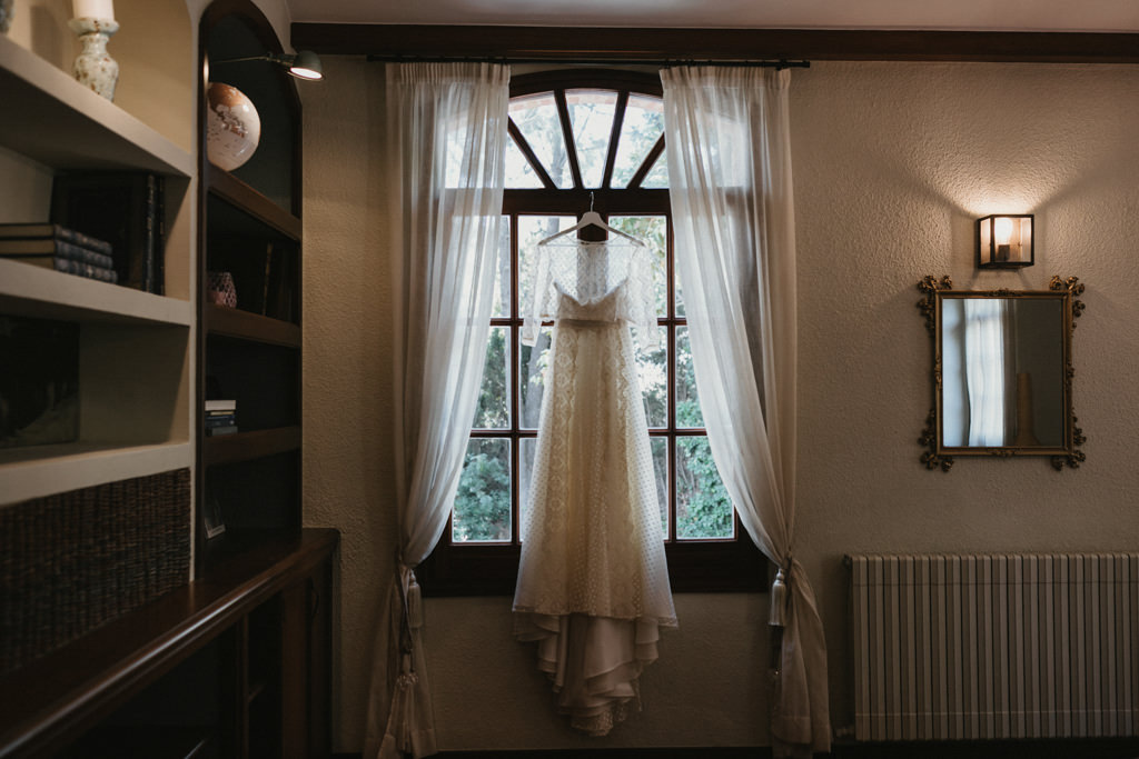 Jordi Anguera wedding dress for a different wedding in Girona, at La Farinera Venue | Juanjo Vega, destination photographer of different weddings in Girona, Tarragona & Barcelona
