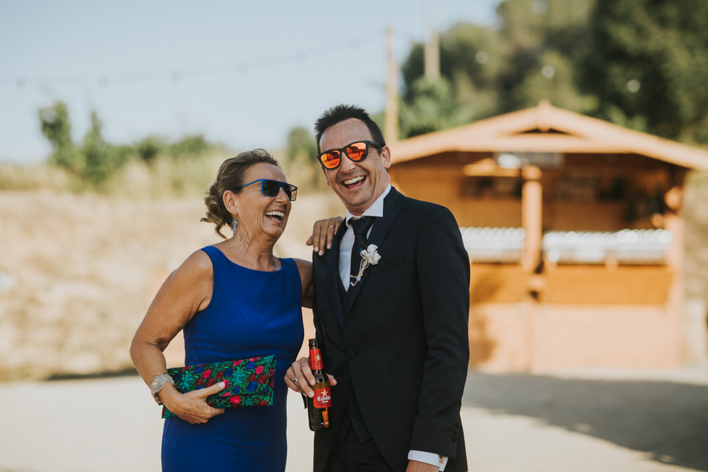 Wedding suit for a wedding at Mirador de les Caves of Cal Blay · Funny wedding photography at Les Caves de Barcelona | Juanjo Vega, fun wedding photographer in Barcelona
