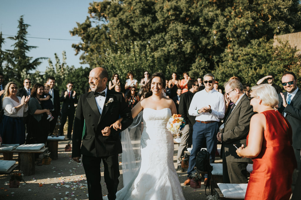 Wedding dress for a wedding at Mirador de les Caves of Cal Blay · Funny wedding photography at Les Caves de Barcelona | Juanjo Vega, fun wedding photographer in Barcelona