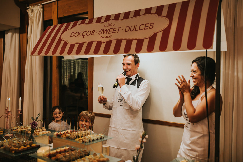 Wedding catering for a wedding at Mirador de les Caves of Cal Blay · Funny wedding photography at Les Caves de Barcelona | Juanjo Vega, fun wedding photographer in Barcelona