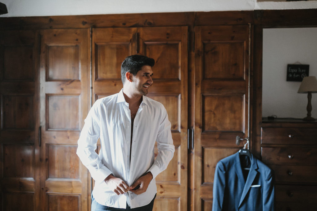 Autumn wedding suit for a fall wedding in Barcelona, in Ca n'Alzina | Getting married autumn in Ca n'Alzina, Barcelona | Juanjo Vega, fall wedding photographer in Spain