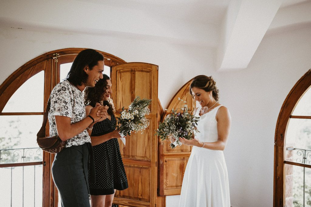 Wildflower bouquet for an Informal wedding surrounded by nature | Wedding shooting at the summer camp Les Tallades | Juanjo Vega, informal and outdoor wedding photographer in Barcelona (Spain).