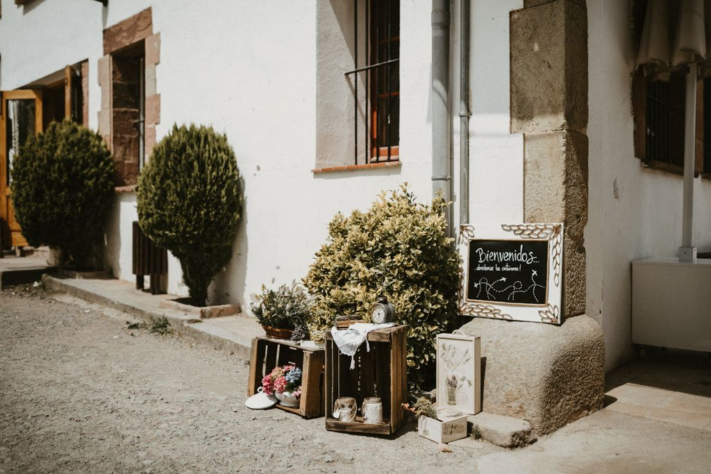 Decoration for an Informal wedding surrounded by nature | Wedding shooting at the summer camp Les Tallades | Juanjo Vega, informal and outdoor wedding photographer in Barcelona (Spain).