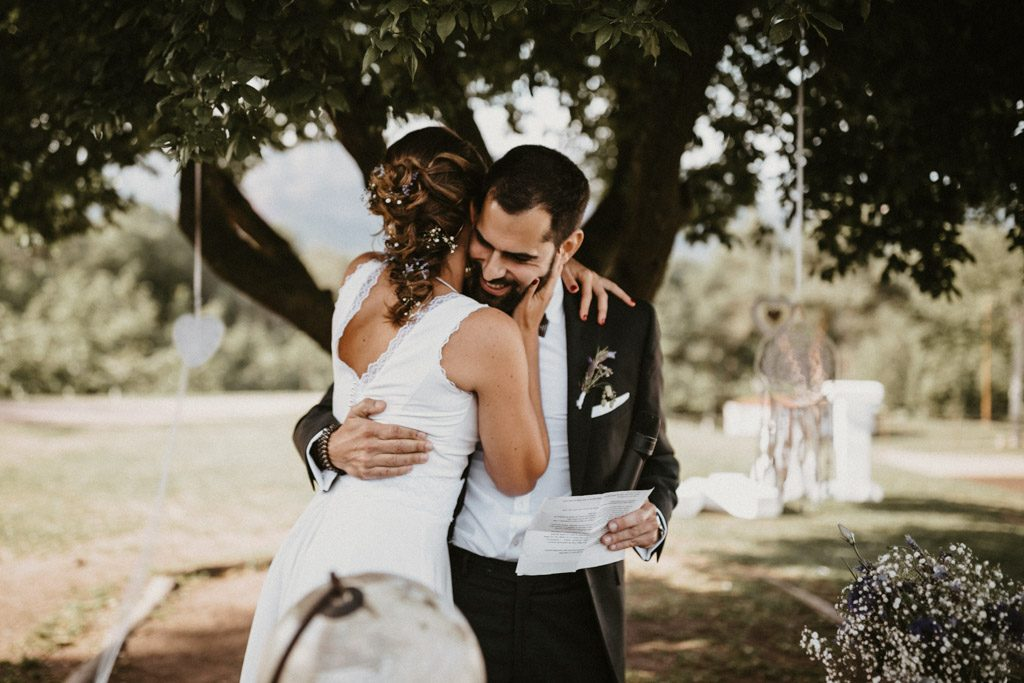Bohemian hairstyle for an Informal wedding surrounded by nature | Wedding shooting at the summer camp Les Tallades | Juanjo Vega, informal and outdoor wedding photographer in Barcelona (Spain).