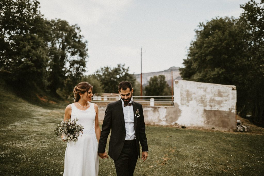 Simple wedding dress for an informal wedding surrounded by nature | Wedding shooting at the summer camp Les Tallades | Juanjo Vega, informal and outdoor wedding photographer in Barcelona (Spain).