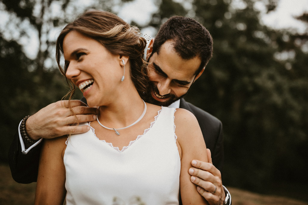 Delicate jewelry for an Informal wedding surrounded by nature | Wedding shooting at the summer camp Les Tallades | Juanjo Vega, informal and outdoor wedding photographer in Barcelona (Spain).