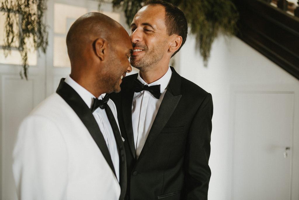 Trajes de novio boda gay en Barcelona · Boda gay elegante en Ca l'Iborra, | Fotografia de boda gay elegante | Juanjo Vega, Fotógrafo de bodas gays en Barcelona