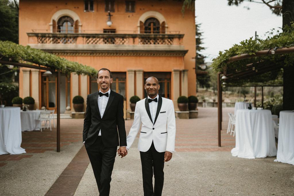 Vestits de nuvi a un casament gai a Barcelona · Noces gai elegant a Ca l'Iborra, | Fotografia de casament gai elegant | Juanjo Vega, Fotògraf de casaments gais a Barcelona