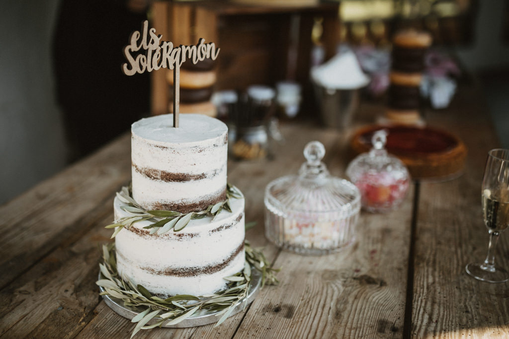 Dolç Atelier wedding cake for a mediterranean wedding in Barcelona in the heart of nature at Casa Cerdà | Juanjo Vega, Mediterranean outdoor wedding photographer in Barcelona.