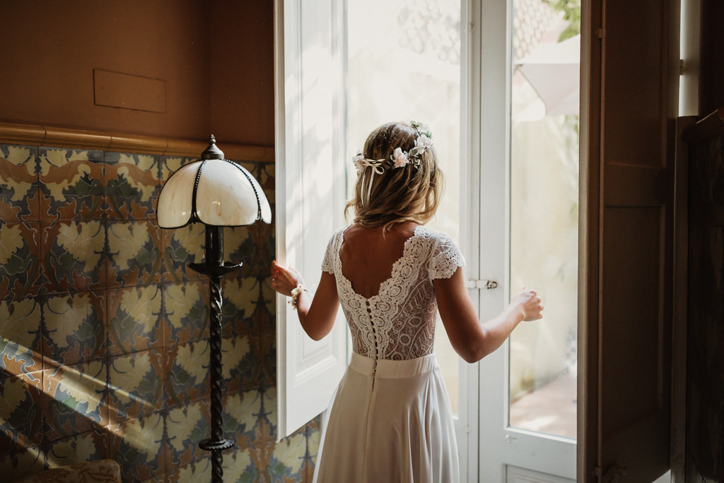 Wedding dress for a mediterranea Beach wedding in Barcelona, at the Btakora Lounge Restaurant | Juanjo Vega Destination Photographer, beach wedding in Barcelona and Costa Brava