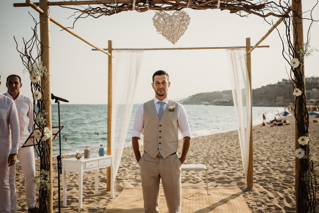 Wedding suit for a mediterranea Beach wedding in Barcelona, at the Btakora Lounge Restaurant | Juanjo Vega Destination Photographer, beach wedding in Barcelona and Costa Brava
