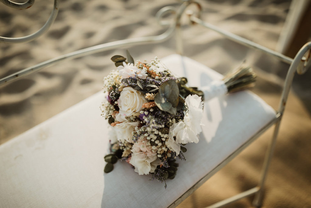Wedding flower decoration for a mediterranea Beach wedding in Barcelona, at the Btakora Lounge Restaurant | Juanjo Vega Destination Photographer, beach wedding in Barcelona and Costa Brava