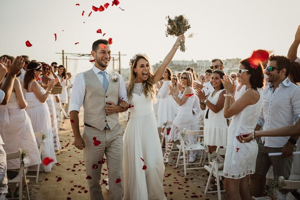 Casament a la platja, al restauranta Btakora de Barcelona | Fotografia de casament a la platja mediterrani i informal | Juanjo Vega, Fotògraf de casaments a la patja a Barcelona