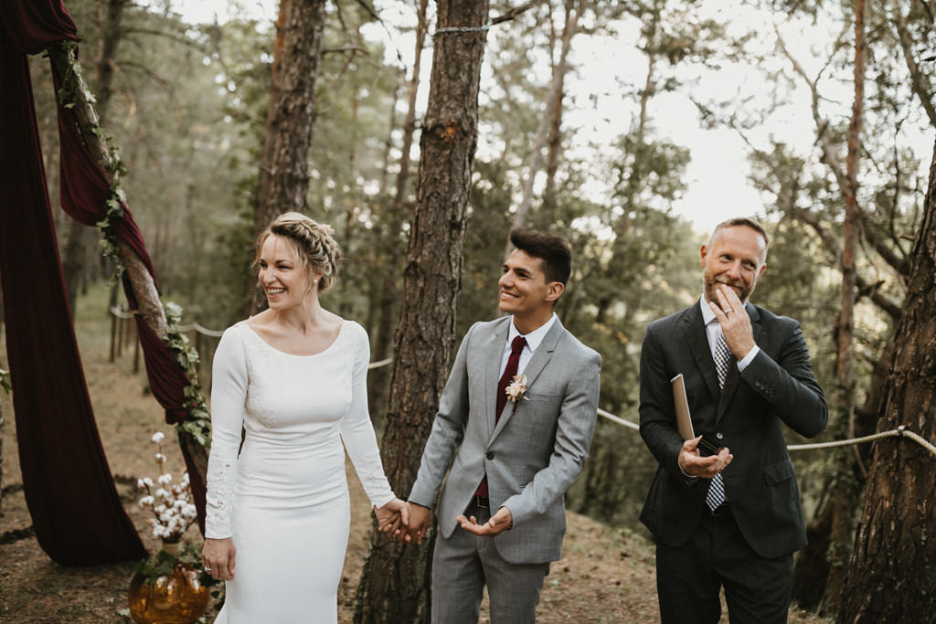 Wedding suit for a bohemian wedding in Barcelona, surrounded by nature at El munt | Destination wedding photographer | Juanjo Vega, bohemian and boho style wedding photographer in Barcelona (Spain).