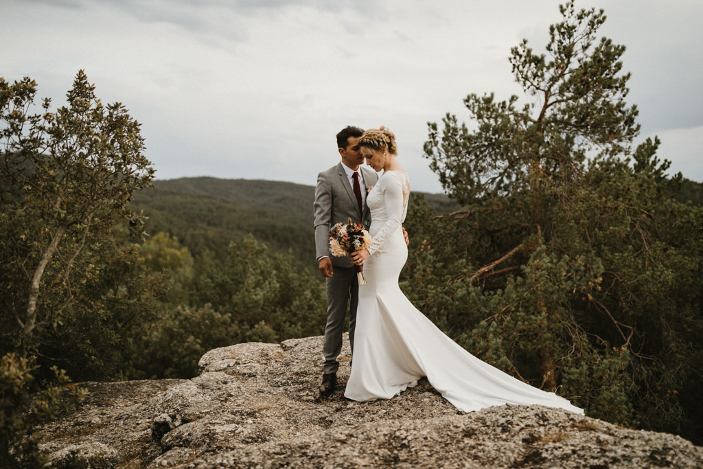 Wedding dress for a bohemian wedding in Barcelona, surrounded by nature at El munt | Destination wedding photographer | Juanjo Vega, bohemian and boho style wedding photographer in Barcelona (Spain).