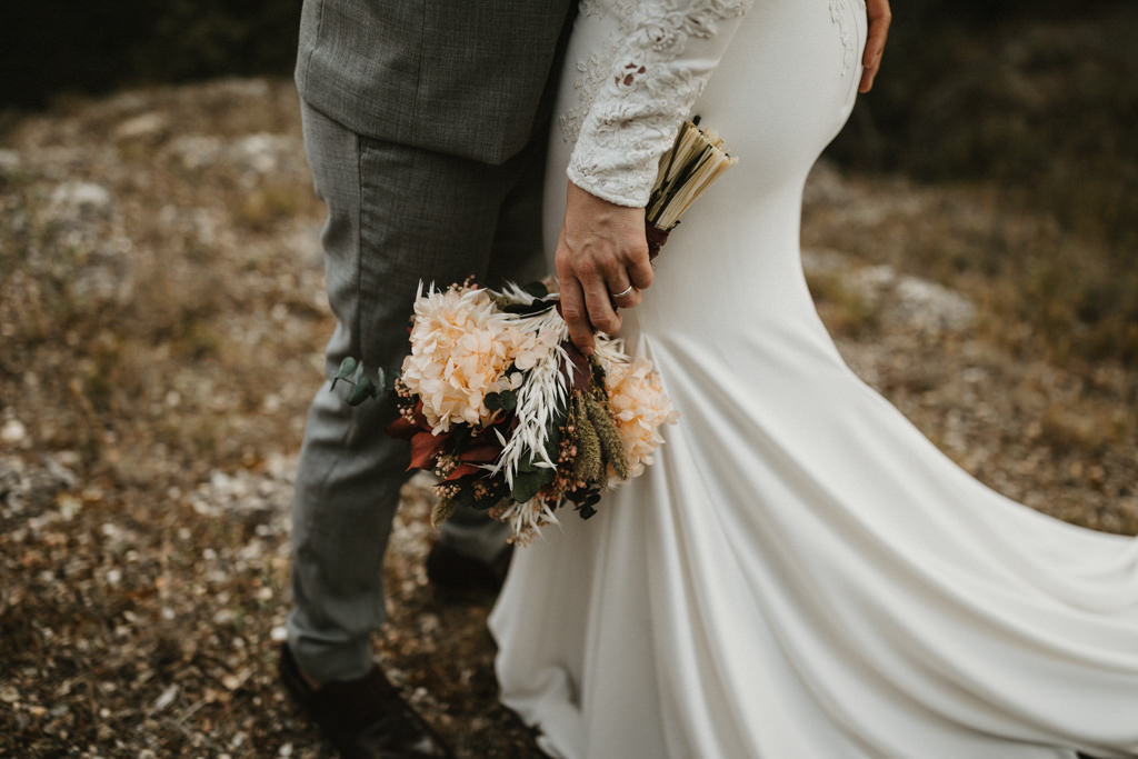 Bouquet for a bohemian wedding in Barcelona, surrounded by nature at El munt | Destination wedding photographer | Juanjo Vega, bohemian and boho style wedding photographer in Barcelona (Spain).